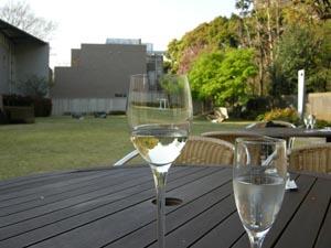 オープンエアで昼間に飲むワインって、格別なんですよね。  原美術館 Café d' Artにて 735円/glass