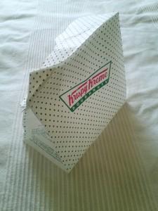 食べ物もグラフィックも、人に笑顔とパワーを与える力をもっています。ドーナツ1個160円から。Krispy Kreme Doughnuts 新宿サザンテラス店にて